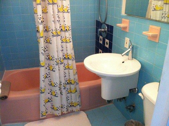 Manhattan Tower Apartment Hotel: Bathroom of 207 - very clean.