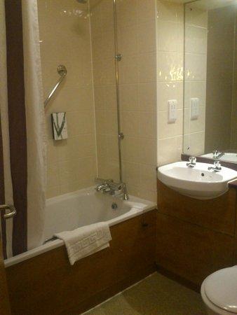 Premier Inn Southampton City Centre Hotel: Bathroom