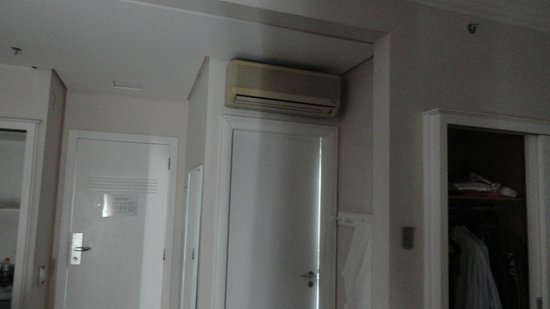 Vitoria Hotel Concept Campinas: Very old, but silent,  air conditioning unit