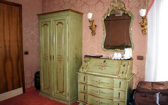 Hotel American Dinesen : Venetian furniture in the room