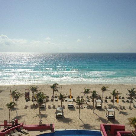 NYX Hotel Cancun: Excelente vista hacia el mar, servicio poco productivo en la alberca. Instalaciones en remodela