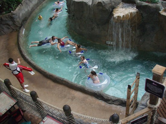 Six Flags Great Escape Lodge & Indoor Waterpark : Watching the Family while having a beverage from the lounge above