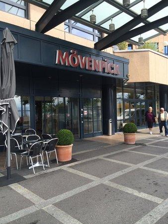 Mövenpick Hotel Lausanne: Hotel entrance