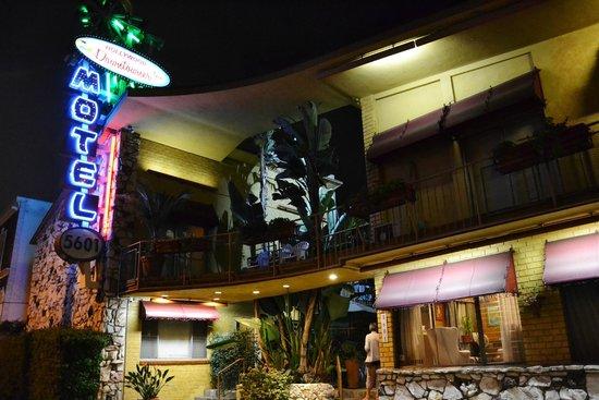 Hollywood Downtowner Inn : La façade de nuit