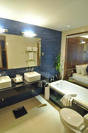 Novotel Phuket Kata Avista Resort and Spa : spacious bathroom