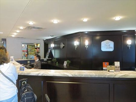 Best Western Plus Ottawa Downtown Suites: Extremely helpful and knowledge staff