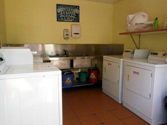 Coral Tree Inn: Lavandería