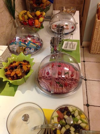 Hotel Palm - Astotel : Cold meats, cheeses, yogurts, fruit, juices, coffee etc