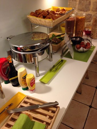 Hotel Palm - Astotel : Bacon, sausage, eggs, bread, pastries, cereals and the all important Nutella!