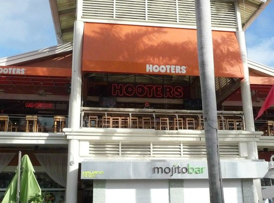 Hooters of Bay Side: Outside view.
