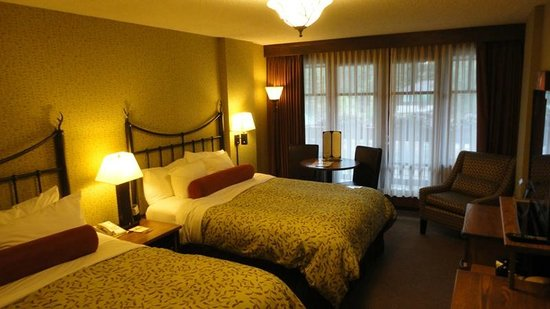 Banff Caribou Lodge & Spa: Comfortable room - but with no air con