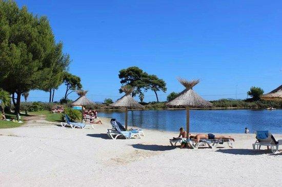 Hôtel Club Plein Sud : Questo é il laghetto dell'Hotel, circondato da sabbia, dove si possono utilizzare gratuitamente
