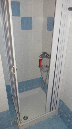 Maya Bay Hotel: Liliputian shower-bath 1