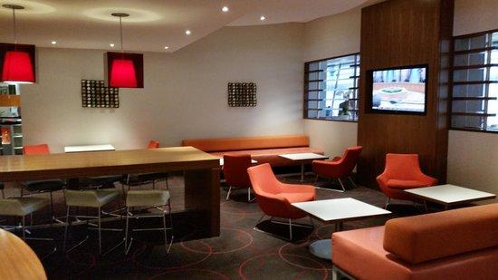 Novotel Southampton: The lobby and bar area