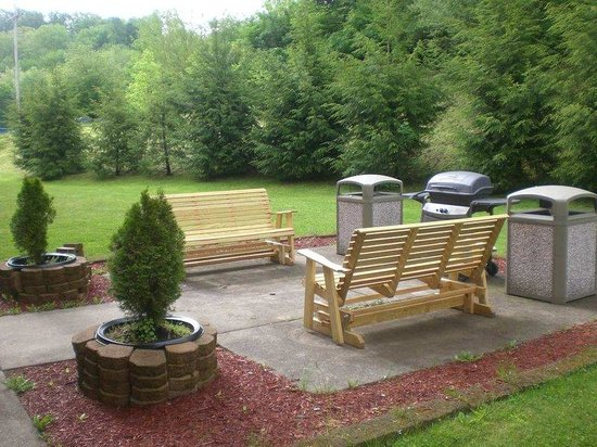Hampton Inn Buckhannon: Outdoor Sitting Area