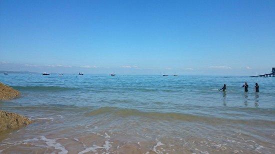 Castle Beach: Crystal clear sea