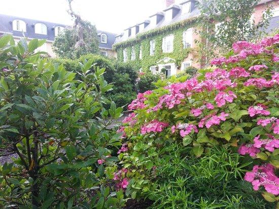 Hayfield Manor Hotel: Front garden