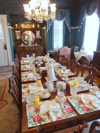 Lion and the Rose Victorian B&B Inn: breakfast is served
