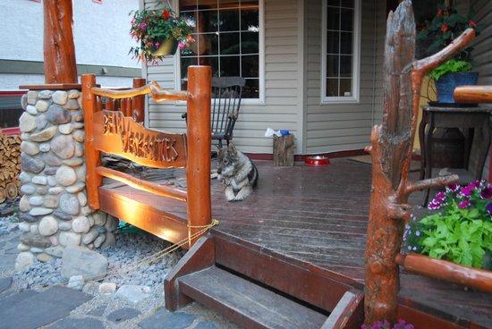 Bear Necessities B&B: Front Porch