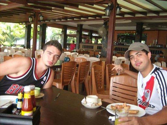 Phi Phi Andaman Beach Resort: Los desayunos mirando a la playa son geniales