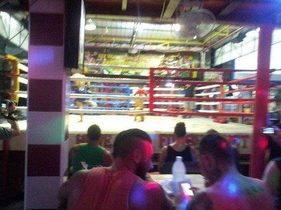 Phi Phi Andaman Beach Resort: Podes disfrutar del Muay Thai cerca del hotel