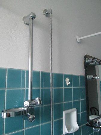 Hotel Pineta Mare: doccia vicino a fili luce specchio