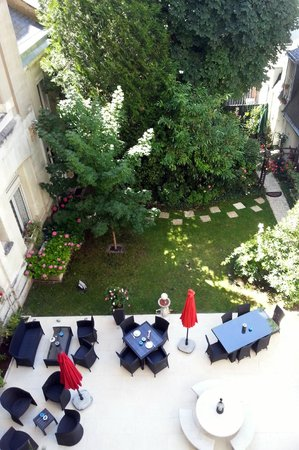 BEST WESTERN Central Hotel: Looking into the hotel's courtyard