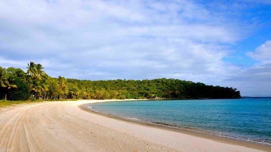 Great Keppel Island, Australië: Fisherman's Beach - path to Shelving Beach is at the far end of beach