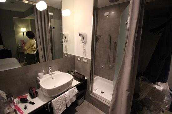 Hotel Adriano: Bathroom