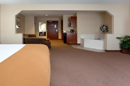 Holiday Inn Express Hotel & Suites Hill City: King Jacuzzi Suite w/Sleeper Sofa
