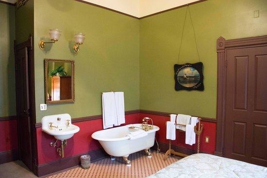 Martin Mason Hotel: Claw foot tub in the corner of the room