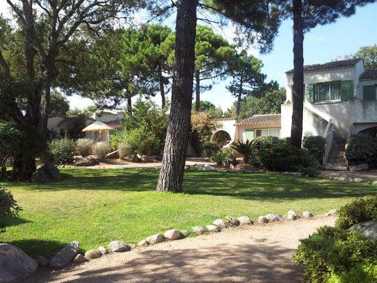 Hotel Residence Caranella Village: Joli domaine bien entretenu