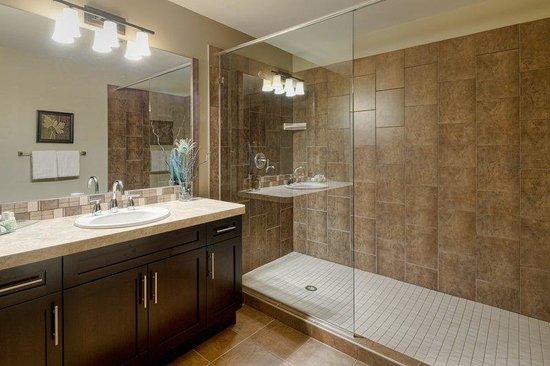 Bighorn Meadows Resort: Guest Room Bath