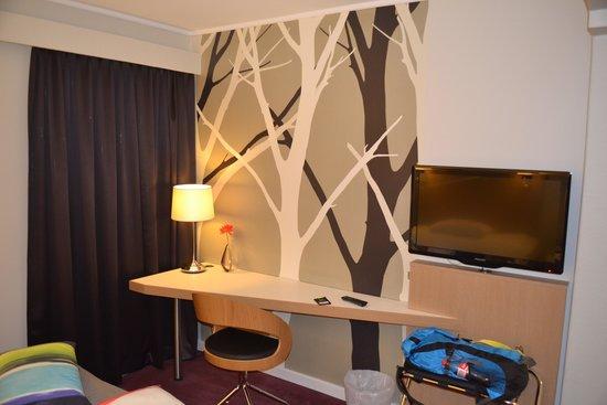 P-Hotels Trondheim: Bureau/tafel, met mooi behangetje