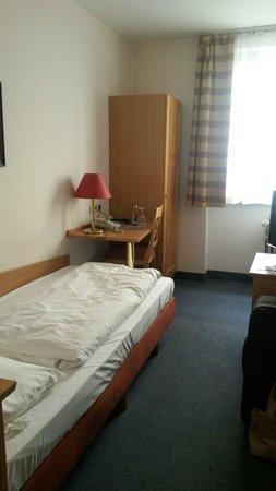 Smart Stay Hotel Schweiz: Einzelzimmer 102, das Nichtraucherzimmer roch weder nach Rauch noch nach Raumspray, also top.