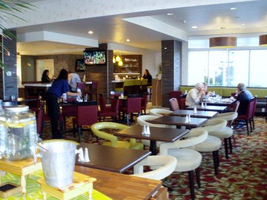 Hilton Garden Inn Calgary Airport: dining room