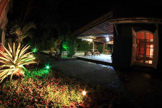 Hostel Braz: Jardim Externo à noite