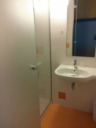B&B Hotel Albacete: Baño con gel/champú en la pared