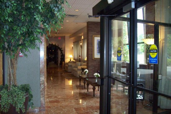Best Western Plus Fairfield Executive Inn: sitting area heading to restaurant/ breakfast area