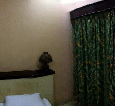 Tastura Beach Resort : Tête de lit salle... Dirty Bedroom
