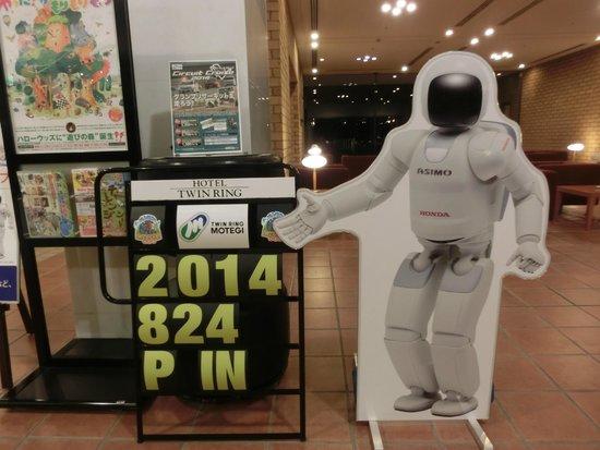 Hotel Twin Ring: Asimoパネル/ホテル入り口