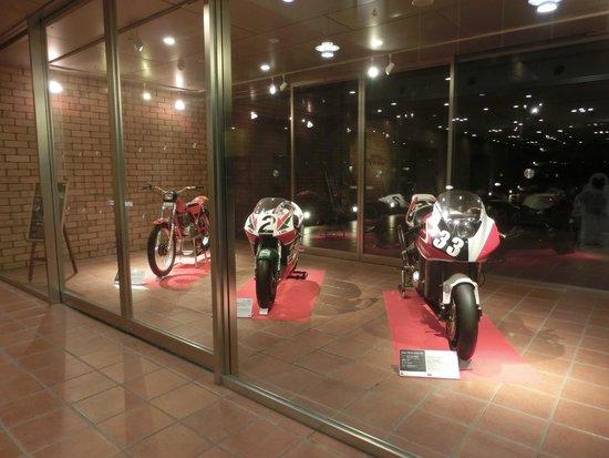 Hotel Twin Ring: ホテル入り口すぐのバイク展示
