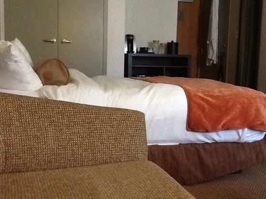 Aava Whistler Hotel: lumpy looking duvet!