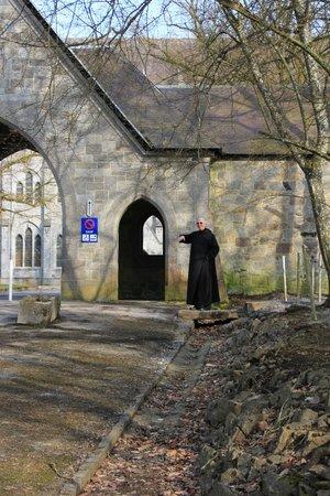 Abbaye de Maredsous : Accès à la porterie
