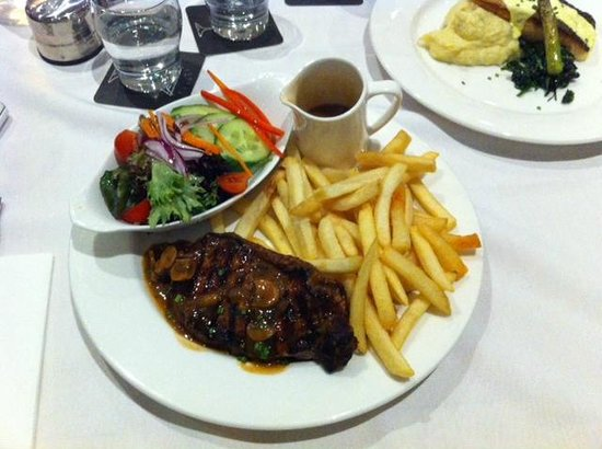 Parramatta Waldorf Apartment Hotel: Sirloin steak meal from the restaurant