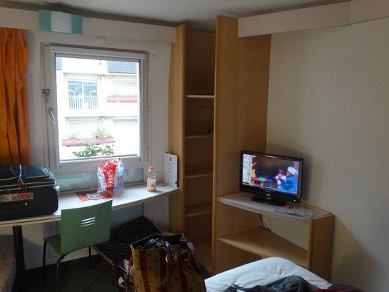 Ibis Lourdes : Samll closet and TV