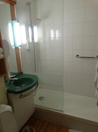 Ibis Lourdes : Shower/Sink