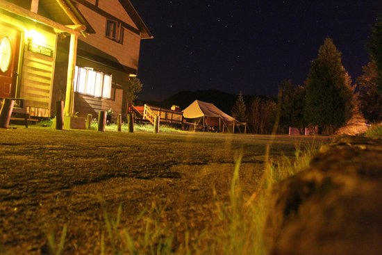 TMax-n-Topo's Hostel & Private Rooms: Nighttime Photo of Front