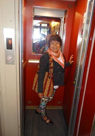 Hotel De La Paix Montparnasse: One person in the elevator