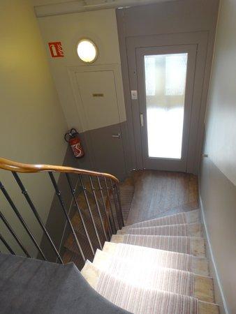 Hotel De La Paix Montparnasse: Elevator in the middle of the landing